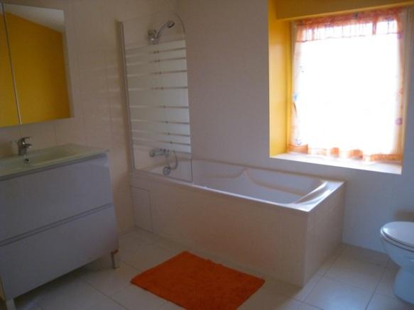 Une salle de bain avec baignoire pour cette chambre d'hôtes près de Saint Brevin